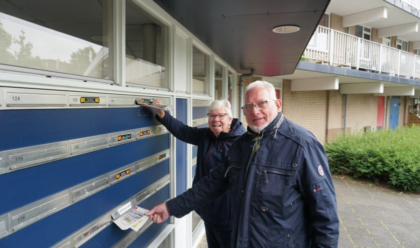 Trix en Wijbo Terpstra bezorgen de Molenkruier wekelijks met veel plezier en dat wordt in de wijk zeer gewaardeerd. Foto: Louise Mastenbroek