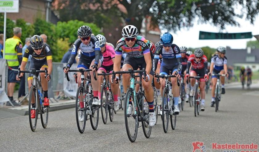 Clubvrouwen gaan dit jaar de strijd met professionele wielrensters aan. (foto Landerd Fotografie)