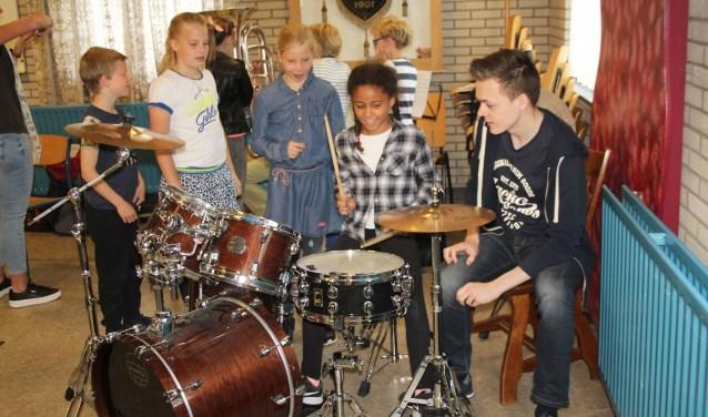 Het blazen op de verschillende instrumenten was moeilijk, maar ook het drumstel bleek niet zo makkelijk  te bespelen als de leerlingen dachten. Aan enthousiasme in ieder geval geen gebrek. (Foto: Lysette Verwegen)