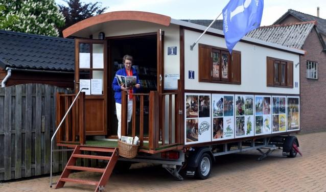 Vrijwilligster Jolita geeft informatie aan bezoekers bij de bijzondere 'Pipowagen' van het Toeristisch Informatiepunt Voorthuizen.