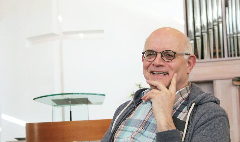 Dominee Peter van der Schans voelt zich al 25 jaar thuis in zijn gemeente en de Ontmoetingskerk. (Foto: Lysette Verwegen)