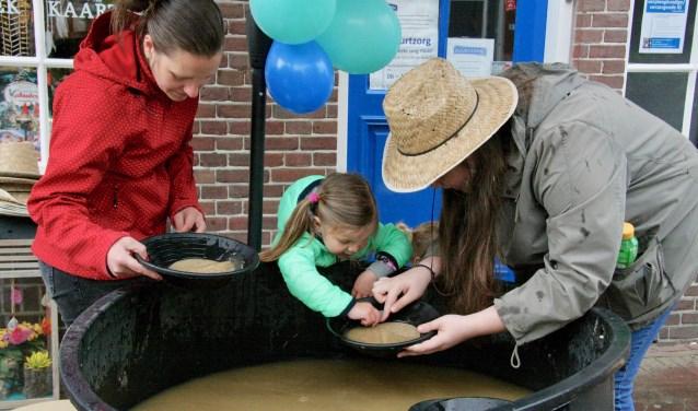 Goud zoeken was een van de activiteiten op Kidsdag in Lichtenvoorde.