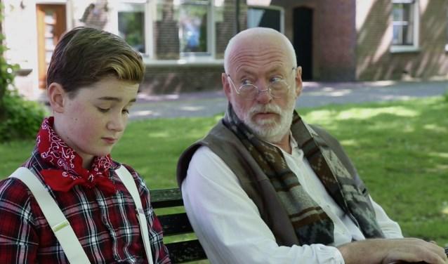 Het eerste serieuze gesprek tussen Sinti jongetje Boy (Sven Reinieren) en zwerver Bertrand op het bankje in Kloetinge.