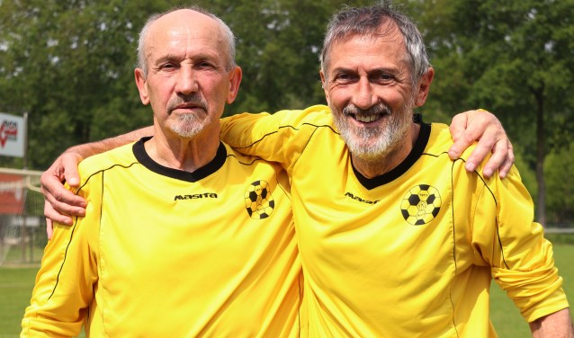 Voor het 50e seizoen voetballen Beersenaren Kees Kuppeveld (69) en Jos Hendriks (69) in een hetzelfde elftal van HBV. (foto: Marco van den Broek)