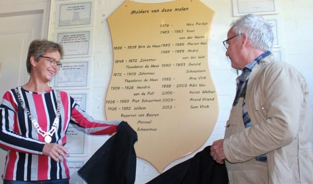 Burgemeester Yvonne van Mastrigt en molenaar Nico Perdijk onthullen het nieuwe muldersbord. Eigen foto