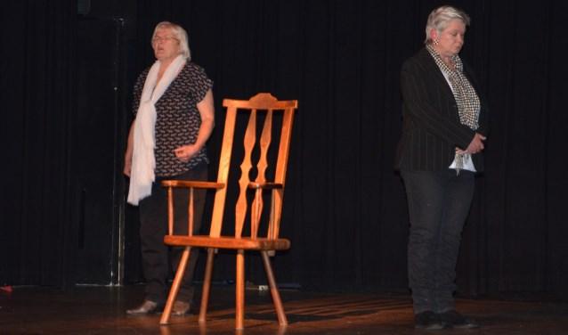 """Ruth Schreuder en Marlies Snijders in de eenakter """"Ik huil mijn vaders tranen"""" van Martine Faber tijdens Theater na de Markt in het Calypso theater op 4 mei. FOTO: Ben Blom"""