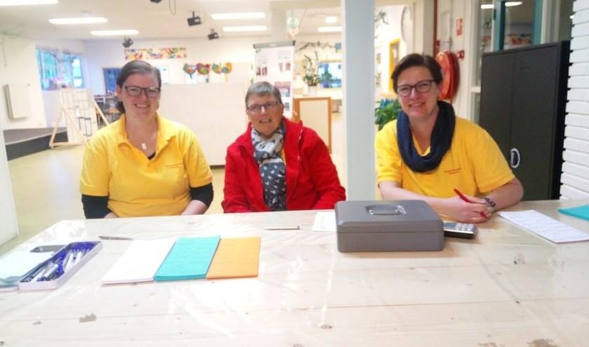 Willianne, Loes en Mirjam Veen zijn onderdeel van de organisatie van de avondvierdaagse in Maarssen. Tekst: Danny van der Linden, foto: archief familie Veen