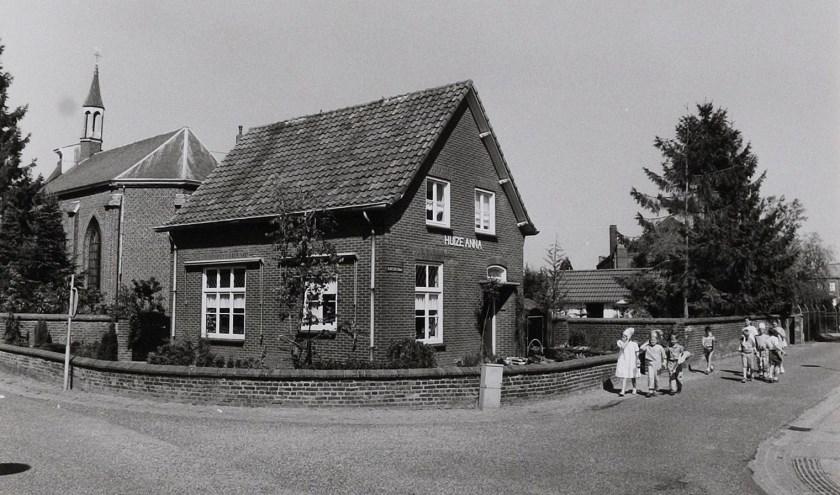 Kleine optocht langs Huize Anna. (foto: Wies van Leeuwen, collectie BHIC)