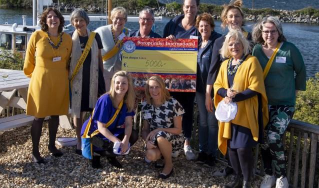 De cheque wordt overhandigd aan Stichting Samen Varen door de Fundraising- en Lustrumcommissie van Soroptimist clubs Walcheren en De Bevelanden.