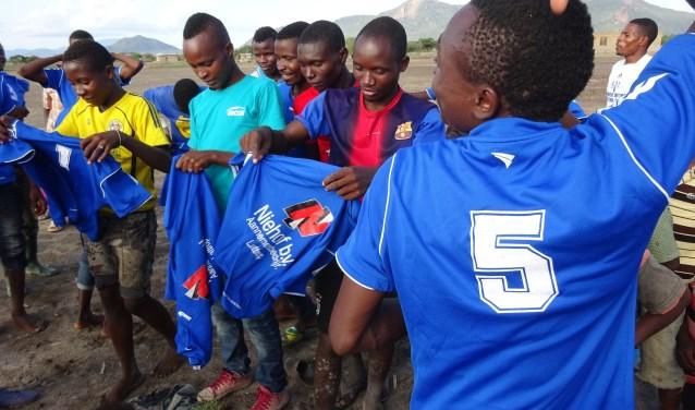 Of ze blij zijn met de shirts? En of. Het voetbalteam draagt ze vol trots tijdens de competitie.