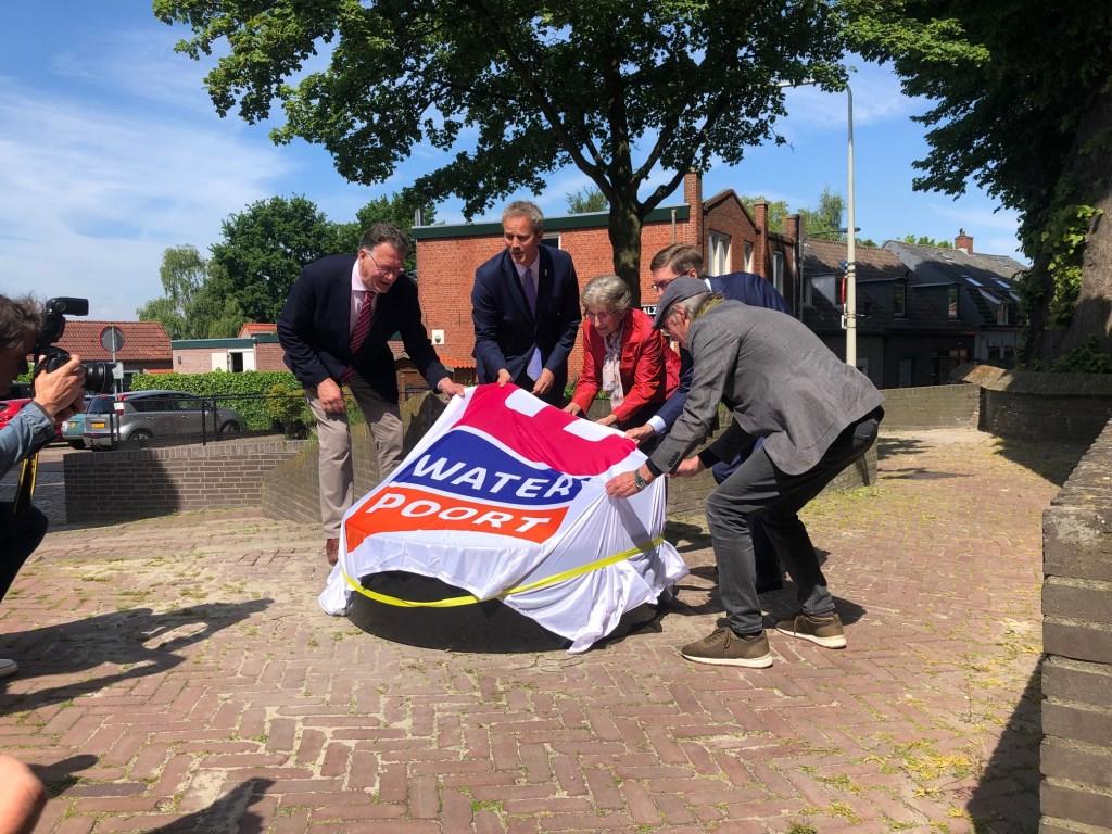 Wethouder Evert Weys van de gemeente Bergen op Zoom onthulde de regiomarkeringssteen Stroomgaten.   © Persgroep