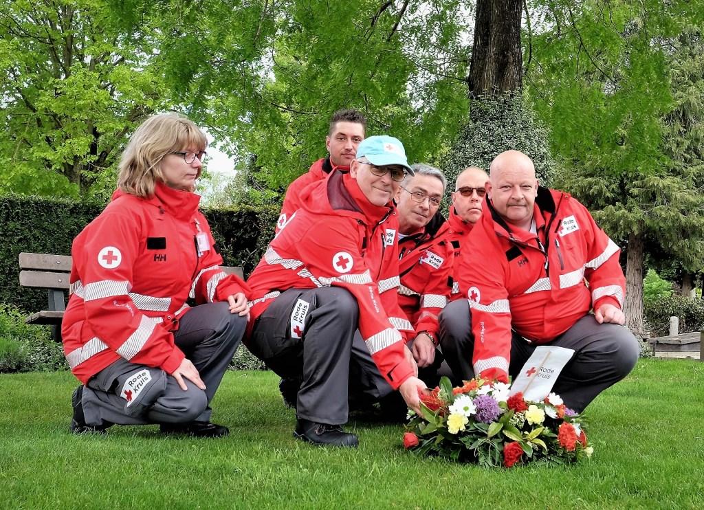 Ook de leden van het Rode Kruis Rhenen legden bloemen.  © Persgroep
