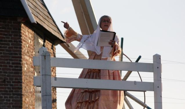 Hermien de molen, gespeeld door Wilma Tankink tijdens het openluchtspel 'Alleen de wind weet...'