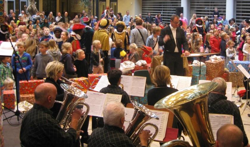 De Eendracht is van alle markten. Zo zijn ze bij het Pepernotenconcert, zo staan ze op het Nicolaasplein.