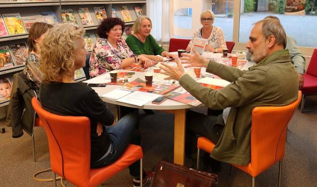 Eén van de Maarnse dialoogtafels van afgelopen woensdagavond o.l.v. bibliothecaris Lieke Bos. FOTO: Hanny van Eerden