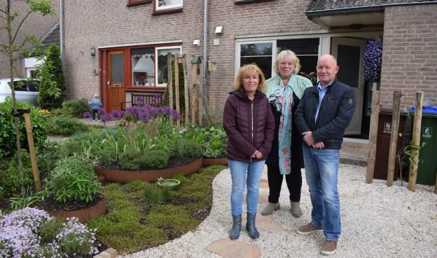 Marga Hurenkamp en Sjaak van Veenendaal bij hun Steenbreek-tuin. Tuinarchitect Jacqueline Moors staat in het midden.
