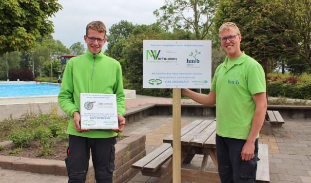 Eric Boele (HMB Service) en medewerker Erwin Uyterlinde (l.) konden de geste bijzonder waarderen. (Foto: Ria Scholten)