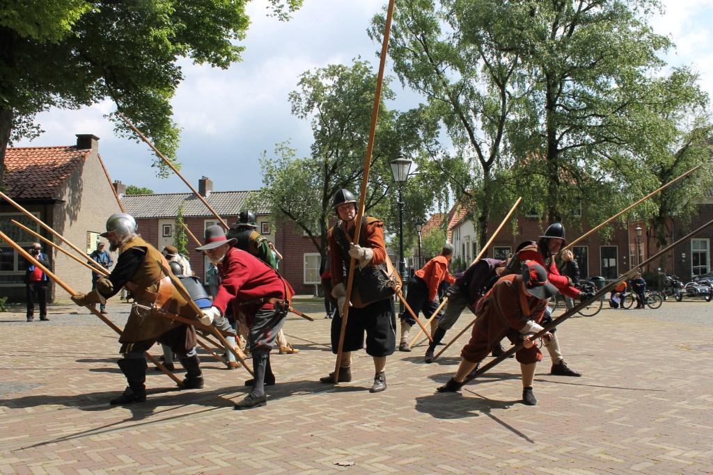 Demonstratie van de krijgshandelingen tijdens het Piekenpoetsweekend op 't Zand in Bredevoort. Foto: Leo van der Linde © Persgroep