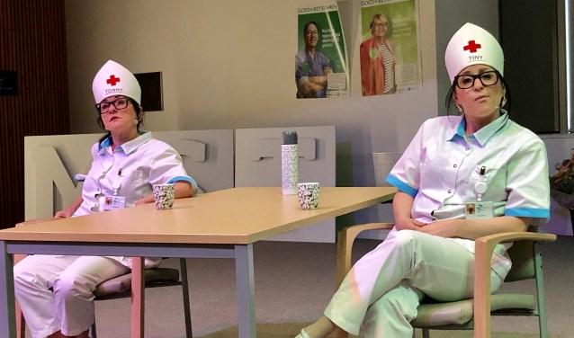 De interactieve voorstelling van theaterduo Corrie Broks en Co gaf op een rake manier weer hoe het verpleegkundig vak zich ontwikkelt