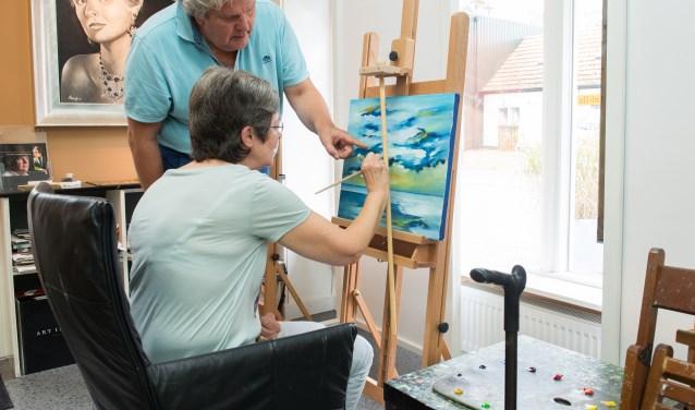 Kunstschilder Ben Aa is druk bezig met zijn initiatief BeaBoog. Dit zijn bijzondere schilderlessen voor mensen met een hersenaandoening.