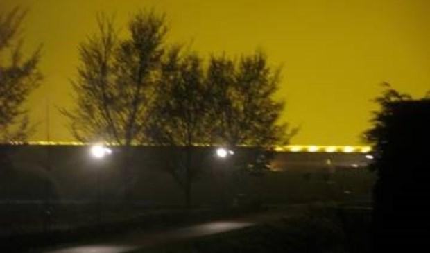 Op de foto (© KNNV afdeling Delfland) is de enorme lichtuitstraling te zien in Delfgauw op 11 april 2018 om 02.50 uur in de nanacht, temp. ca. 10 graden Celsius, na regen en geen wind met een afstand tot de kas van 440 meter.