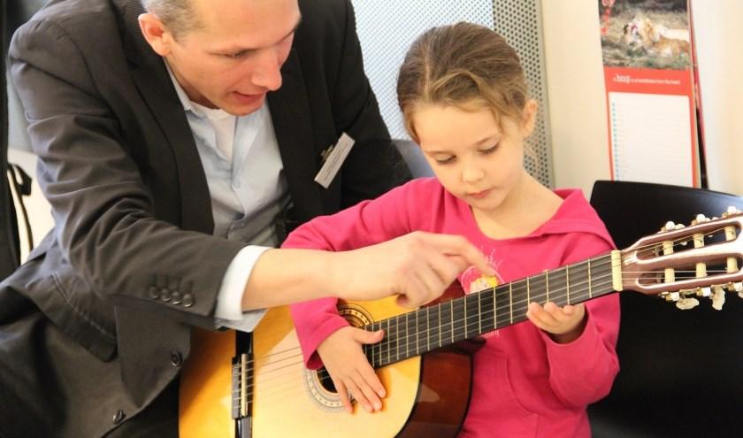 Docent Joost Zoeteman geeft les aan jong en oud
