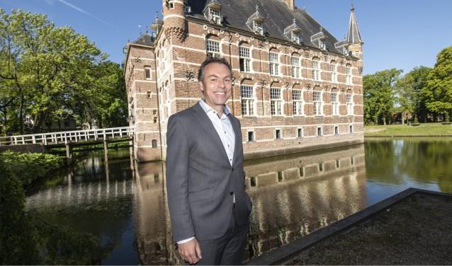 Wethouder ruimtelijke ordening Geert Gerrits voor Kasteel Wijchen, één van de parels van het bestemmingsplan. (foto: Jimmy Israël)