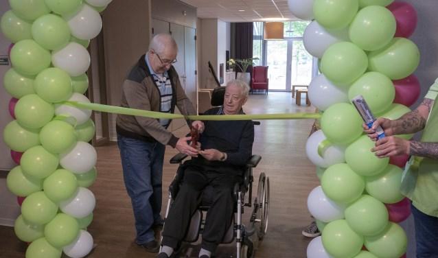De nieuwe NAH-afdeling Jade & Smaragd werd officieel geopend door twee van haar bewoners, de heer Van Oers en de heer Kools.