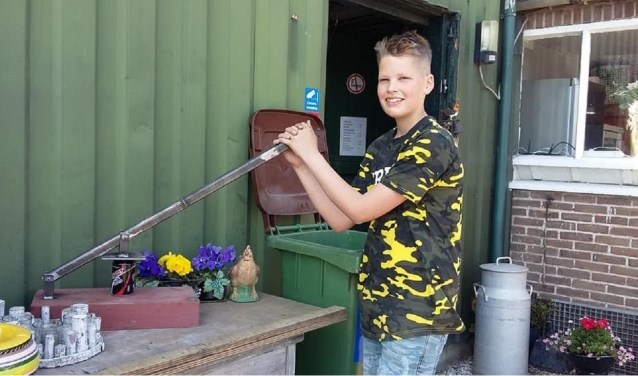 Rinze van der Bijl is altijd bezig met klusjes op de camping. Hij bedacht de blikjespers en dook de schuur in.