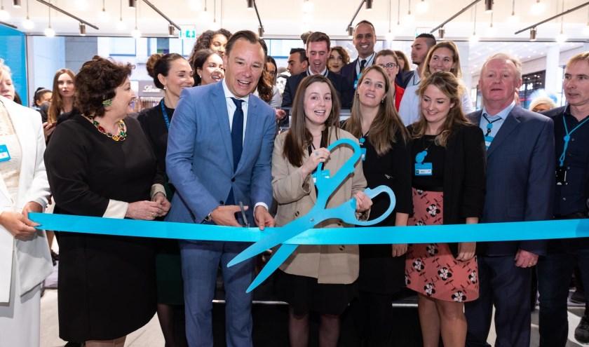Wethouder Economische Zaken Klaas Verschuure en Cheneen McLaughlin, winkelmanager Primark Utrecht, openen samen de winkel.