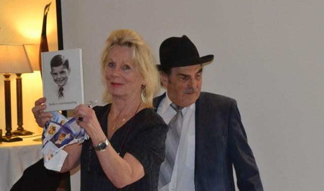 Mieke Visser toont het boek. Naast haar staat Sallo van Gelder. (Foto: Karin Stronks)