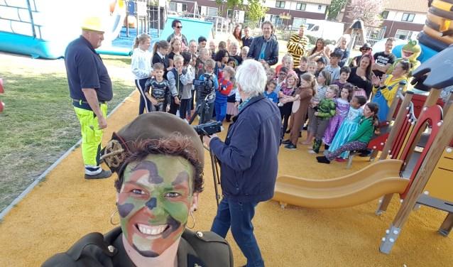 Maar liefst negentig kinderen waren aanwezig bij het de opening van het speeltuinseizoen in de Zeebuurt. Eigen foto.