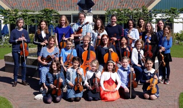 Groepsfoto vioolschool Fiedelino. Zondagmiddag zijn zij te beluisteren in de  Sint Jan Evangelist van Elshout.