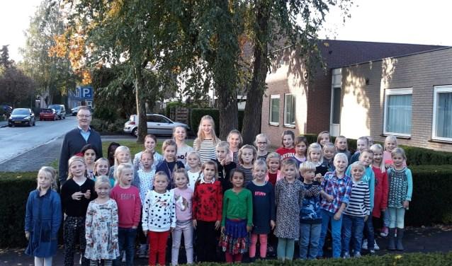 Kinderkoor De Herghesangertjes uit Heerde met dirigent Henk van der Maten.