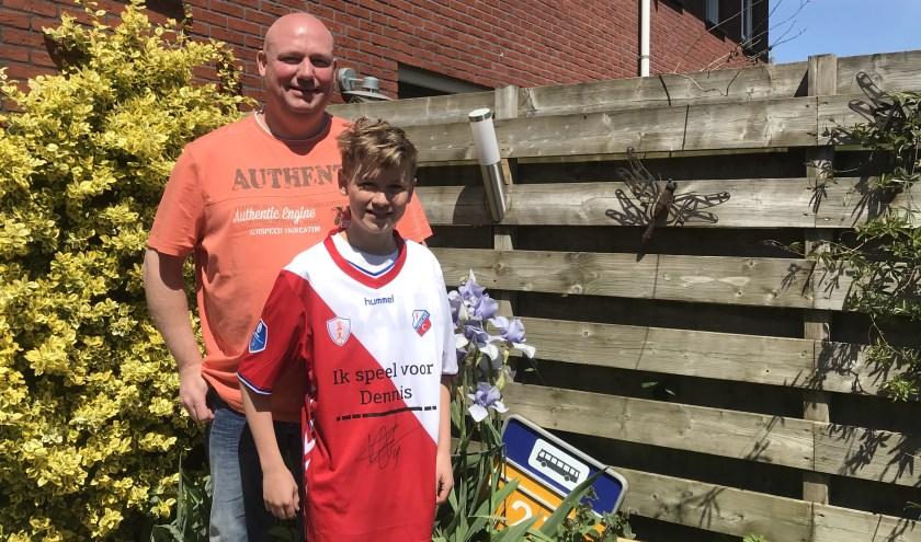 Dennis Reinhard met zijn zoon Sander. Samen waren zij op uitnodiging van Zorg van de Zaak aanwezig bij een wedstrijd van FC Utrecht
