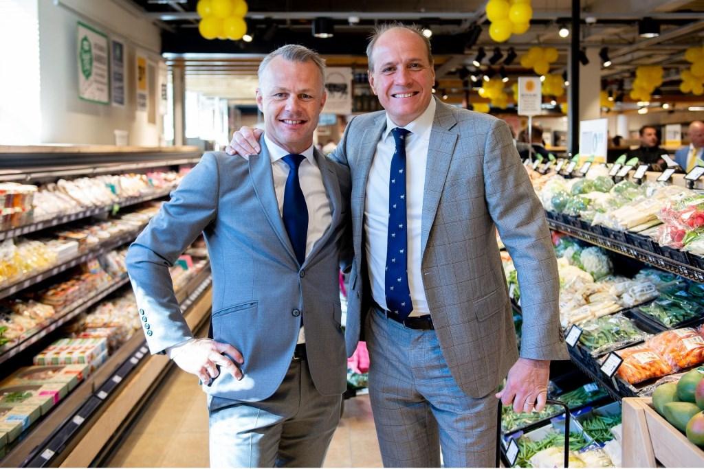 Frits van Eerd, CEO van Jumbo, en ondernemer Björn Kuipers tijdens de opening Foto:  © Persgroep