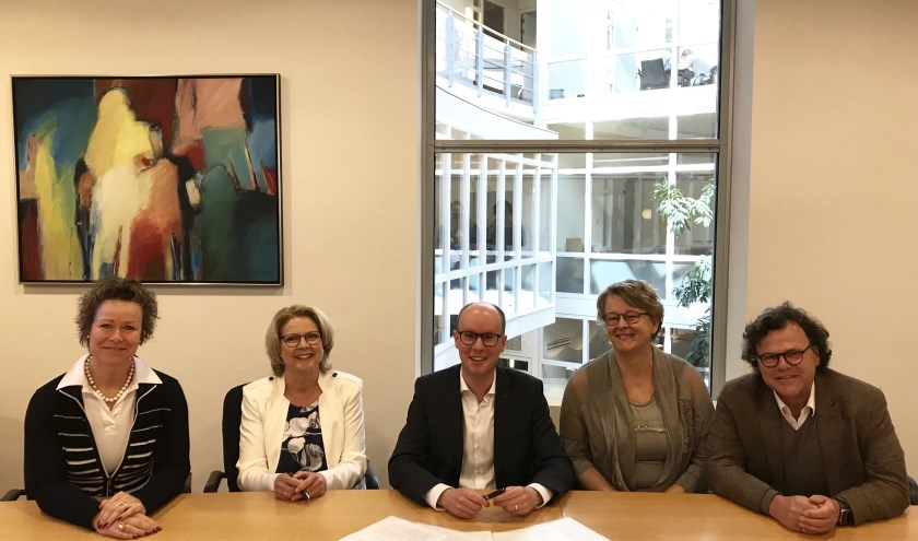 V.l.n.r.: Ursela Smits van GGD, Annet van Zon van Spring Kinderopvang, wethouder Joost Hendriks, Fransje van Veen van Stichting Invitare Openbaar Onderwijs en Harrie van de Ven van Optimus Onderwijs.