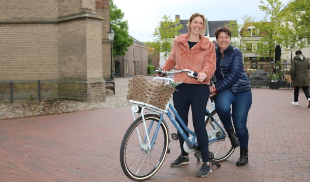 De dames Laura van der Linde, links, en Marian Neels nemen een voorproefje op het fietsen. (Foto: Arjen Dieperink)
