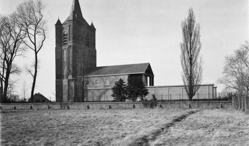 De Oude Toren in de jaren vijftig, toen nog te midden van de akkervelden. (Foto: Rijksdienst voor het Cultureel Erfgoed).