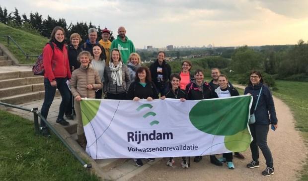 De deelnemers met hun buddy's en medewerkers van Rijndam tijdens de training in Bergschenhoek.