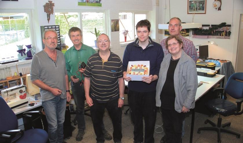 Zes vrijwilligers van het Repair Café (vlnr): Harald Schelte, Jos van Kesteren, Eric Hardorff, Marcel Kinkelaar, Quirien van der Linde en Nolly van der Heijden.