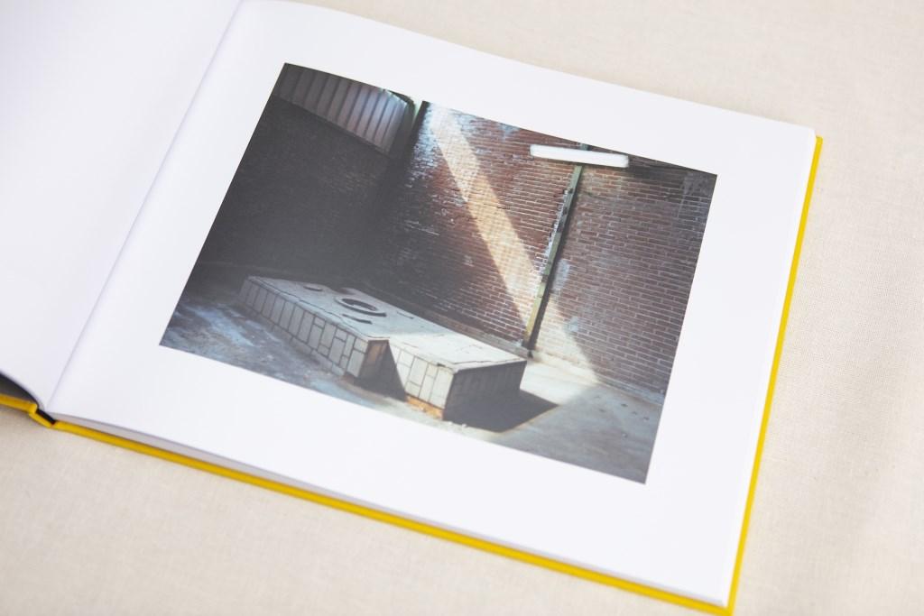 Een gele omslag omhult het beeld van een publiekgeheim: de Thermphos fabriek, vastgelegd door  Paul van Bueren in 56 foto's.  © Persgroep