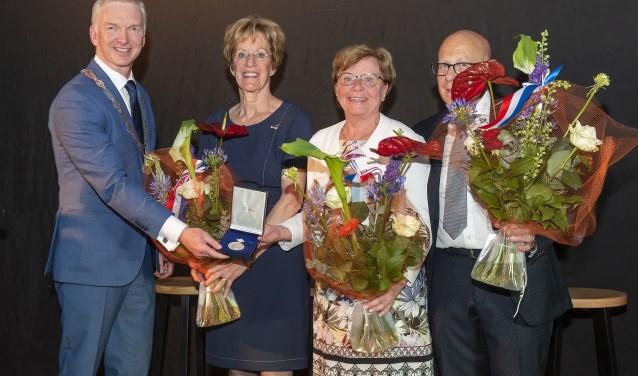 Burgemeester Robert Strijk reikte de onderscheiding uit aan het bestuur van de vereniging.