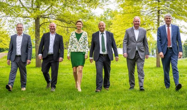 Het college van dijkgraaf en heemraden van Waterschap Rijn en IJssel: v.l.n.r. Berend Jan Bussink, Peter Schrijver, Antoinet van Helvoirt, Frank Wissink, Cor Roos (secretaris-directeur) en Hein Pieper (dijkgraaf). Deze foto is rechtenvrij te gebruiken.