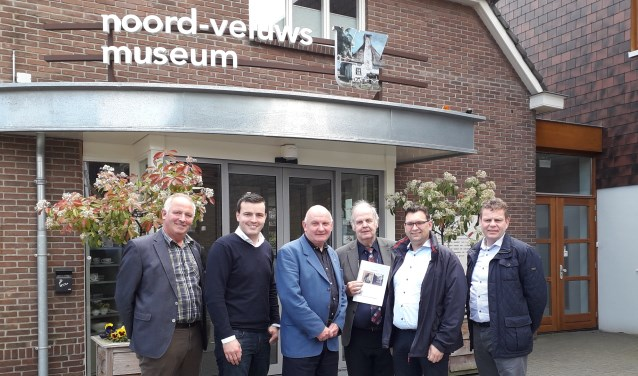 SGP-fractie Nunspeet met museumdirecteur Erik Stotijn (3e v.l.) (Foto: Sigrid Quatfass