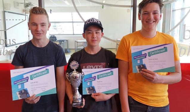 Luka, Robert en Tijmen met de beker voor meest creatieve team van de STEAM Cup Challenge. Foto: Femke de Schepper