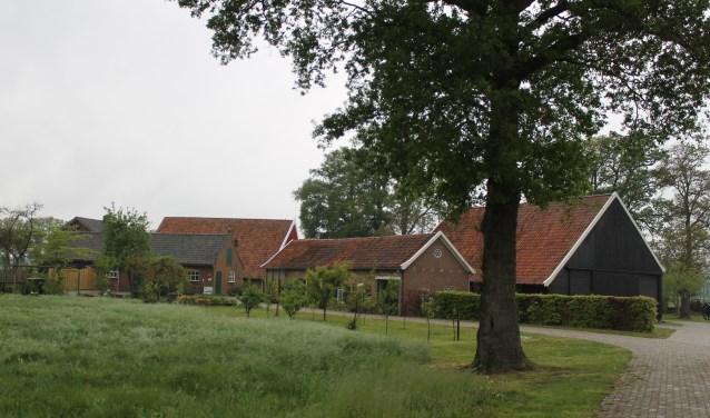De Weeversborch is gelegen in het coulissenlandschap in de Aaltense buurtschap Lintelo.