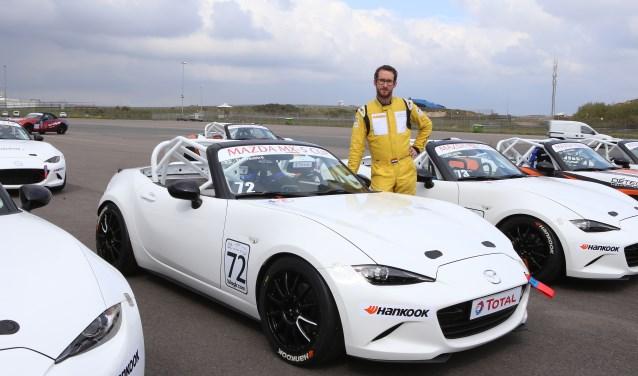 Dick Freebird bij 'zijn' Mazda MX-5. Die auto heeft 184 pk onder motorkap en achterwielaandrijving. Omdat alle auto's in de nieuwe Cup hetzelfde zijn, moet het verschil bij de coureur vandaan komen.
