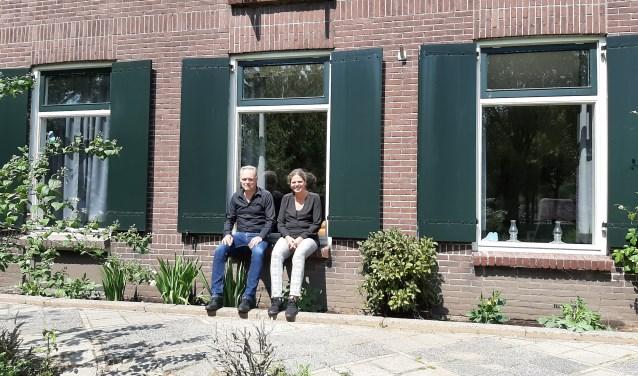 Harry en Mary-Anne Eleveld zijn trots op het 15 jarige bestaan van hun Stichting Nedereind. Foto: Naomi Wijling.