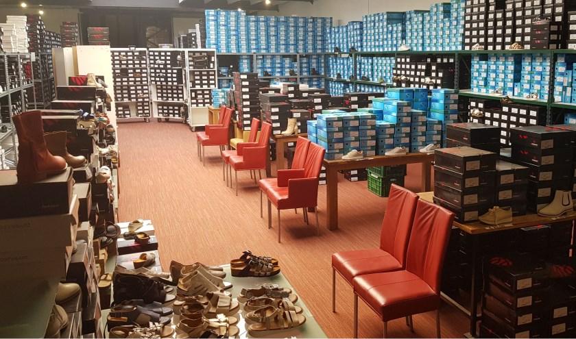 Naast een uitgebreide collectie damesschoenen biedt JJ Footwear in Waalwijk ookeen ruime collectie herenschoenen.